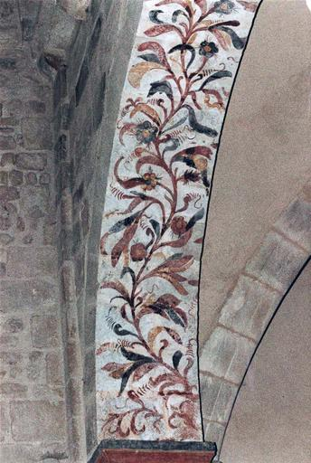 Peintures murales sur un arc orné de rinceaux fleuris, après intervention