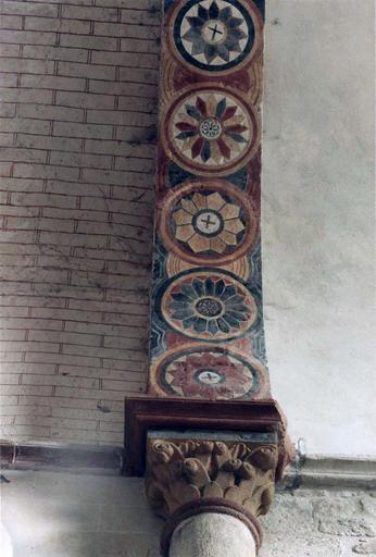Peintures murales sur un arc orné de médaillons aux motifs rayonnants, après intervention