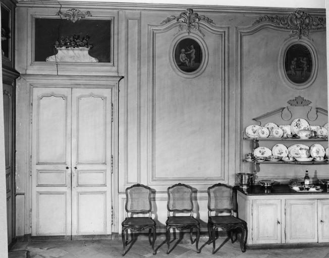 Décor intérieur de la salle à manger, stuc et peinture du 18e siècle: panneaux à décoration composée de corbeilles de fruits et de fleurs de noeuds, et cinq tableaux en médaillons peints représentant des enfants, détail de la partie gauche de la salle