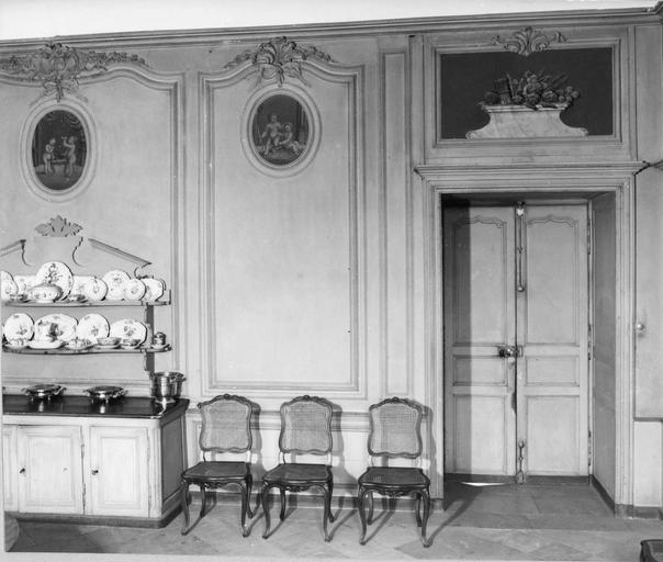 Décor intérieur de la salle à manger, stuc et peinture du 18e siècle: panneaux à décoration composée de corbeilles de fruits et de fleurs de noeuds, et cinq tableaux en médaillons peints représentant des enfants, détail de la partie droite de la salle