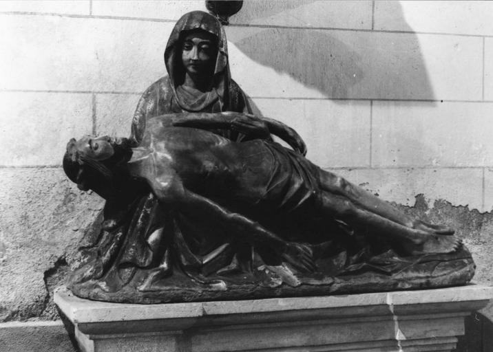 Groupe sculpté : Vierge de Pitié, pierre, 16e siècle, vue de face
