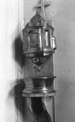 Fontaine de sacristie de la chapelle et sa cuve, cuivre, 17e siècle