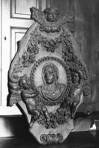 Sculpture : tête de la Vierge, panneau en ronde bosse au milieu d'un encadrement soutenu par des anges au-dessus d'une guirlande de fleurs, bois sculpté, 17e siècle