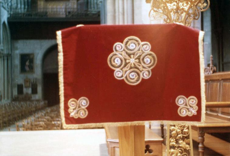 Voile de calice, faisant partie de l'ornement rouge de Monseigneur de Dreux-Brézé, velours rouge brodé de rinceaux sur satin vert et fils d'or, 19e siècle