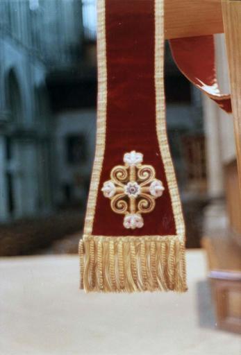 Manipule, faisant partie de l'ornement rouge de Monseigneur de Dreux-Brézé, velours rouge brodé de rinceaux sur satin vert et fils d'or, 19e siècle