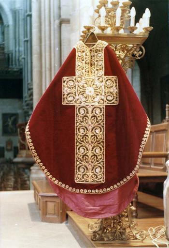 Chasuble, faisant partie de l'ornement rouge de Monseigneur de Dreux-Brézé, velours rouge brodé de rinceaux sur satin vert et fils d'or, 19e siècle, vue de la face