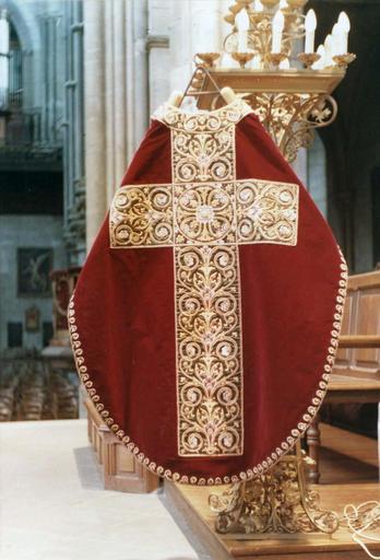 Chasuble, faisant partie de l'ornement rouge de Monseigneur de Dreux-Brézé, velours rouge brodé de rinceaux sur satin vert et fils d'or, 19e siècle, vue du revers