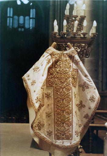 Chasuble faisant partie de l'ornement blanc de Monseigneur de Dreux-Brézé, satin blanc moiré et brodé, 19e siècle, vue de la face