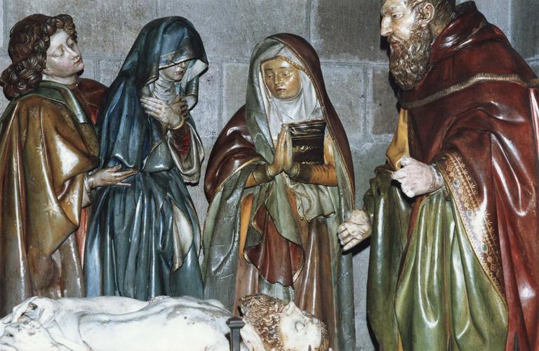 Groupe sculpté grandeur nature : La Mise au tombeau, marbre et pierre sculptée et peinte, 16e siècle, détail de saint Jean soutenant la Vierge, une sainte et Joseph d'Arimathie