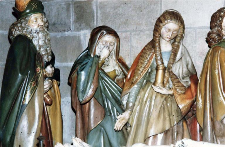 Groupe sculpté grandeur nature : La Mise au tombeau, marbre et pierre sculptée et peinte, 16e siècle, détail de Nicodeme, une sainte et Marie Madeleine