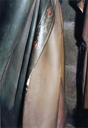 Groupe sculpté grandeur nature : La Mise au tombeau, marbre et pierre sculptée et peinte, 16e siècle, détail du vêtement de saint Jean