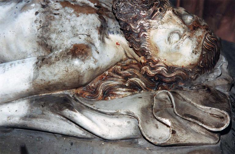 Groupe sculpté grandeur nature : La Mise au tombeau, marbre et pierre sculptée et peinte, 16e siècle, détail de l'épaule gauche et du visage du Christ