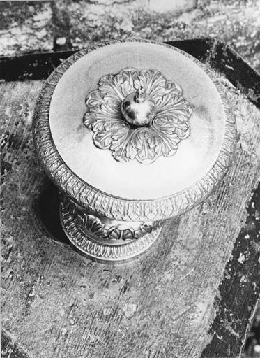 Vase de saint chrême, argent, 19e siècle, vue du couvercle avec décor de feuilles d'acanthes