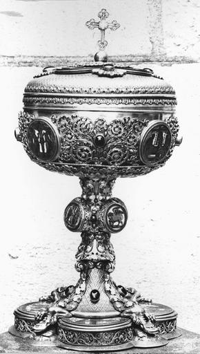 Ciboire de Monseigneur de Dreux-Brézé, argent, serti de pierres et d'émaux, 19e siècle, vu de face avec sur la panse un médaillon représentant la Crucifixion et un médaillon représentant la Résurrection