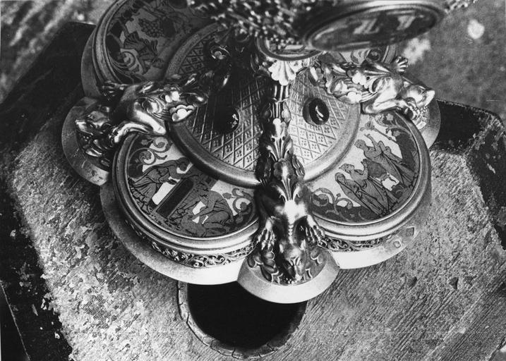 Ciboire de Monseigneur de Dreux-Brézé, argent, serti de pierres et d'émaux, 19e siècle, détail du pied avec un scène représentant la Pâques juive, et une autre représentant le Miracle du serpent d'airain