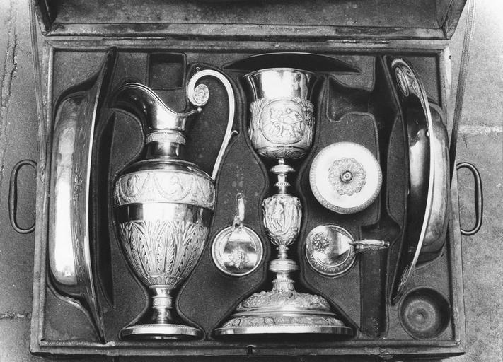 Chapelle de Monseigneur de Pons comprenant: calice et patène en argent, aiguière et bassin en argent, vase de Saint Chrème en argent, plateau et deux burettes en argent, 19e siècle, présentés dans une mâle vue de dessus