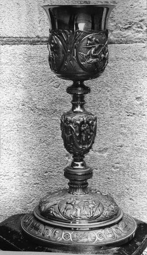 Calice en argent de Monseigneur de Pons, 19e siècle, décor sur le thème des épisodes de la passion du Christ sur la vasque, avec détail du Portement de croix