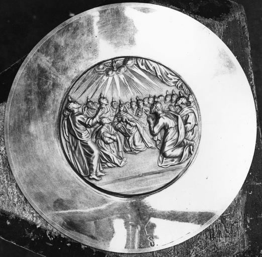 Patène en argent de Monseigneur de Pons, 19e siècle, détail du revers avec représentation de la Pentecôte