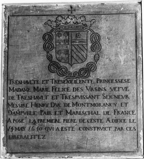 Plaque commémorative avec inscription aux armes de Montmorency, 1650, pierre