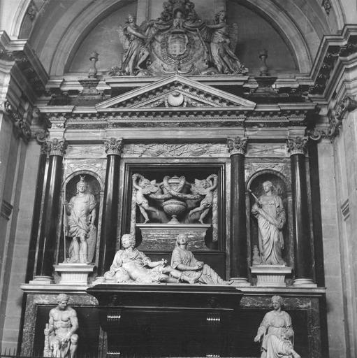 Tombeau d'Henri II, duc de Montmorency, mort en 1632, 17e siècle, par François Anguier mort en 1669, gisant accoudé assisté par une figure allégorique féminine, placé dans un cadre architecturé habité par des statues à l'antique dans des niches et des angelots tendant des guirlandes autour d'une urne