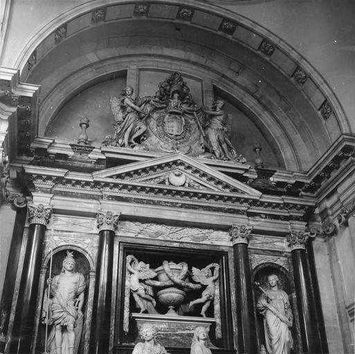 Tombeau d'Henri II, duc de Montmorency, mort en 1632, 17e siècle, par François Anguier mort en 1669, détail du sommet du tombeau avec deux anges découvrant les armes du Duc et en dessous le fronton triangulaire orné d'une conque surmontant deux angelots tendant des guirlandes autour d'une urne