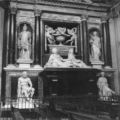 Tombeau d'Henri II, duc de Montmorency, mort en 1632, 17e siècle, par François Anguier mort en 1669, détail de la partie inférieure présentant le gisant assisté par une figure allégorique féminine, une figure d'Hercule sur la gaucheet une figure féminine à l'Atique sur la droite, dans les niches de la structure se trouvent une statue représentant un guerrier à l'antique et une figure féminine tenant une croix