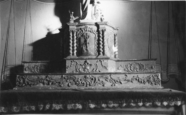 Tabernacle, bois doré, 17e siècle, base ornée de rinceaux végétaux et de conques sculptées