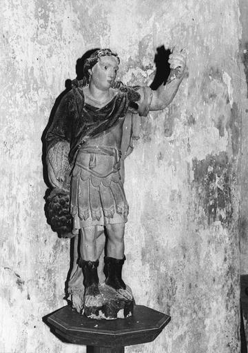 Statue : saint Michel tenant une grappe de raisin, bois polychrome, 17e siècle