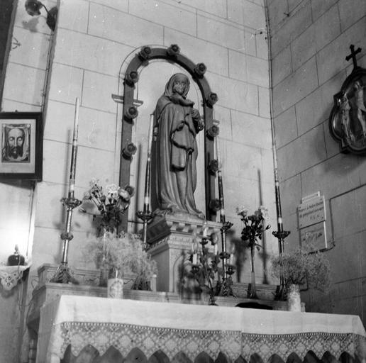 Statue : Vierge à l'Enfant, pierre, début du 16e siècle, présentée sur le maître-autel