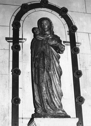 Statue : Vierge à l'Enfant, pierre, début du 16e siècle, vue de face, avant restauration