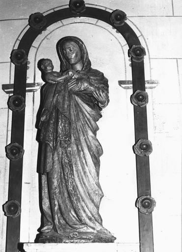 Statue : Vierge à l'Enfant, pierre, début du 16e siècle, vue par la droite, avant restauration