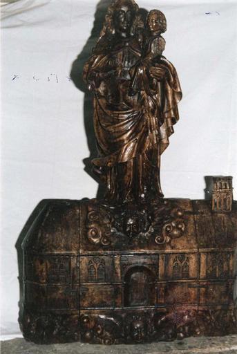Statue dite «la Maison de Lorette» : Vierge à l'Enfant debout sur la représentation d'une maison, bois sculpté, 16e siècle (?), vue de face rapprochée
