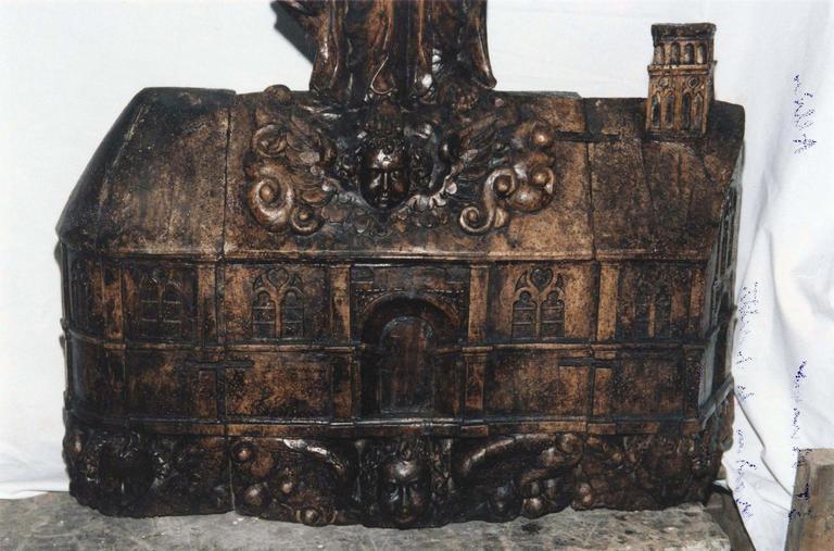 Statue dite «la Maison de Lorette» : Vierge à l'Enfant debout sur la représentation d'une maison, bois sculpté, 16e siècle (?), détail de la maison