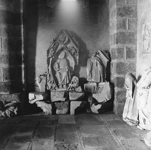 Dépôt lapidaire, sculptures fragmentaires : Christ tétramorphe fragmentaire placé côté Nord de la salle