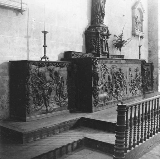 Dépôt lapidaire, sculptures fragmentaires : collatéral Nord, présentation d'un autel en très mauvais état, avec différentes scènes de la vie du Christ