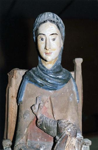statue : Vierge en majesté, bois marouflé, époque romane, vue de face détail de la partie supérieure, en cours de restauration