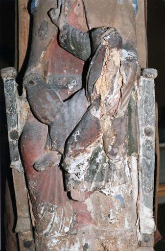Statue : Vierge en majesté, bois marouflé, époque romane, vue de face , détail de la partie inférieure, en cours de restauration