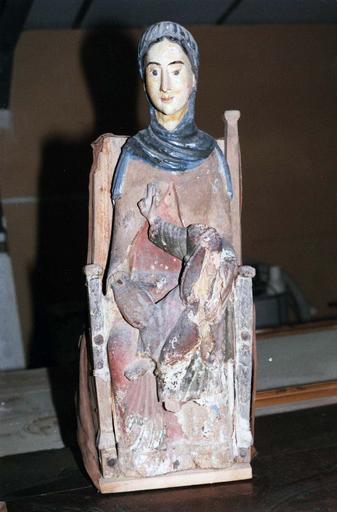 Statue : Vierge en majesté, bois marouflé, époque romane, vue de face, en cours de restauration