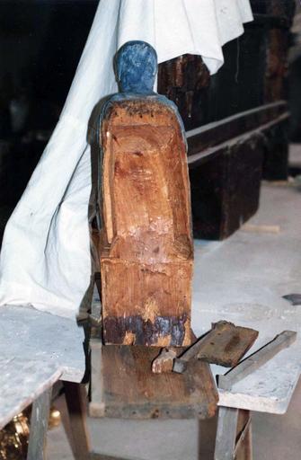 Statue : Vierge en majesté, bois marouflé, époque romane, détail du revers, en cours de restauration