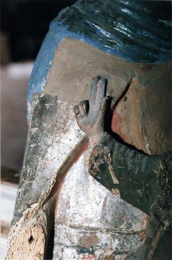 Statue : Vierge en majesté, bois marouflé, époque romane, détail de la main droite du Christ, en cours de restauration