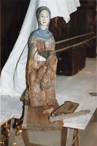 Statue : Vierge en majesté, bois marouflé, époque romane,vue de face, en cours de restauration