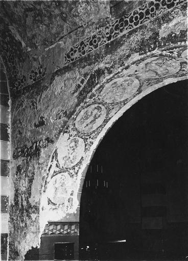 Peinture monumentale, fin 12e à fin 14e siècle, détails de saints personnages dans des médaillons décorant la face interne d'une arcade en plein cintre