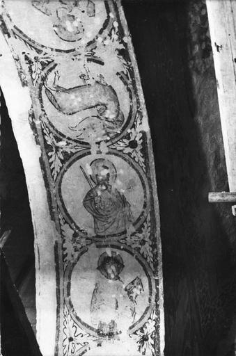 Peinture monumentale, fin 12e à fin 14e siècle, détail de la face interne d'une arcade en plein cintre avec des médaillons ornés par la représentation de saints personnage et de l'agneau du sacrifice