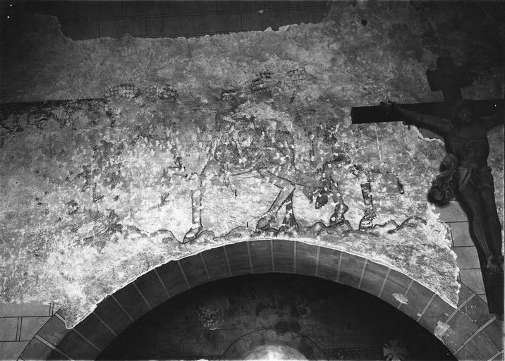 Peinture monumentale, fin 12e à fin 14e siècle, détail du décor au dessus d'une arcade en plein cintre, représentant des personnages à cheval