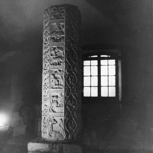 Fût de colonne, avec représentation narrative des mois et rinceaux végétaux, pierre