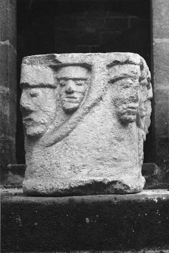 Chapiteau en pierre, 12e siècle, orné de trois visages sur l'une des faces