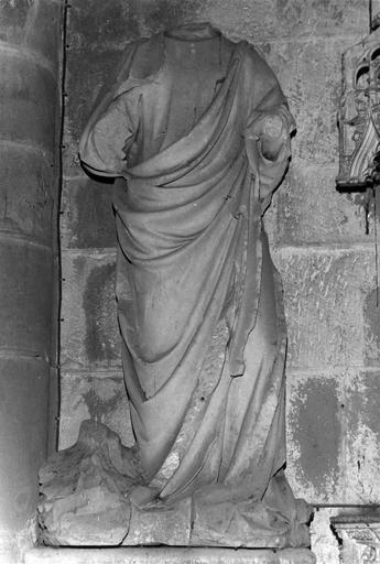 Statue d'un saint acéphale ayant perdu les bras, pierre, vue de face