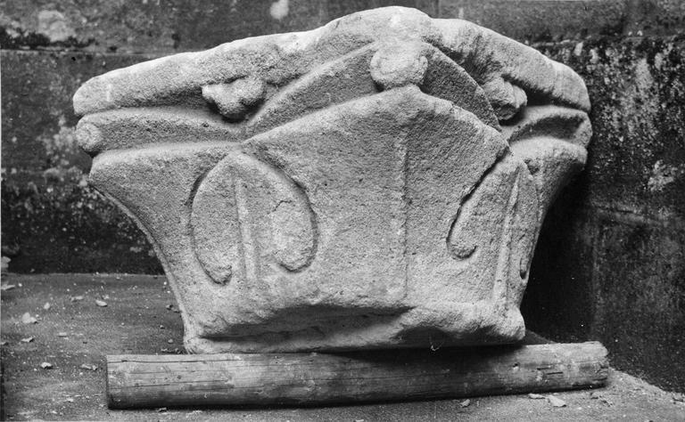 Chapiteau à quintefeuilles, pierre, 12e siècle