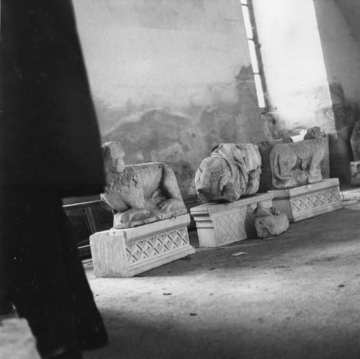 Trois fragments lapidaires, représentant deux lions accroupis, et un cavalier très fragmentaire, vus par la gauche
