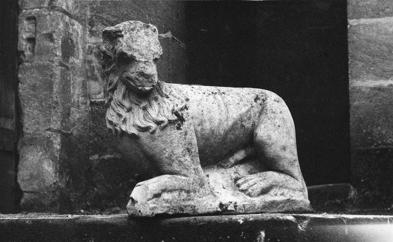 Statue appartenant à une paire, représentant un lion accroupi, pierre, 15e siècle